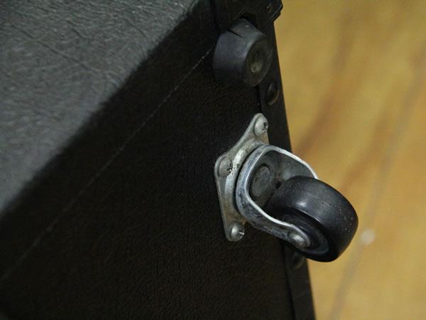 キャスター付きのアンプは取り外しを推奨します。