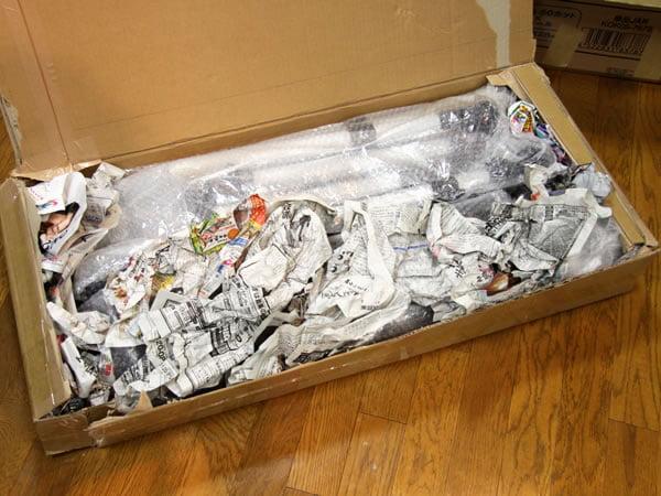 隙間は丸めた新聞紙。
